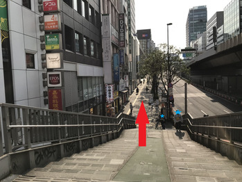 スロープの先の階段